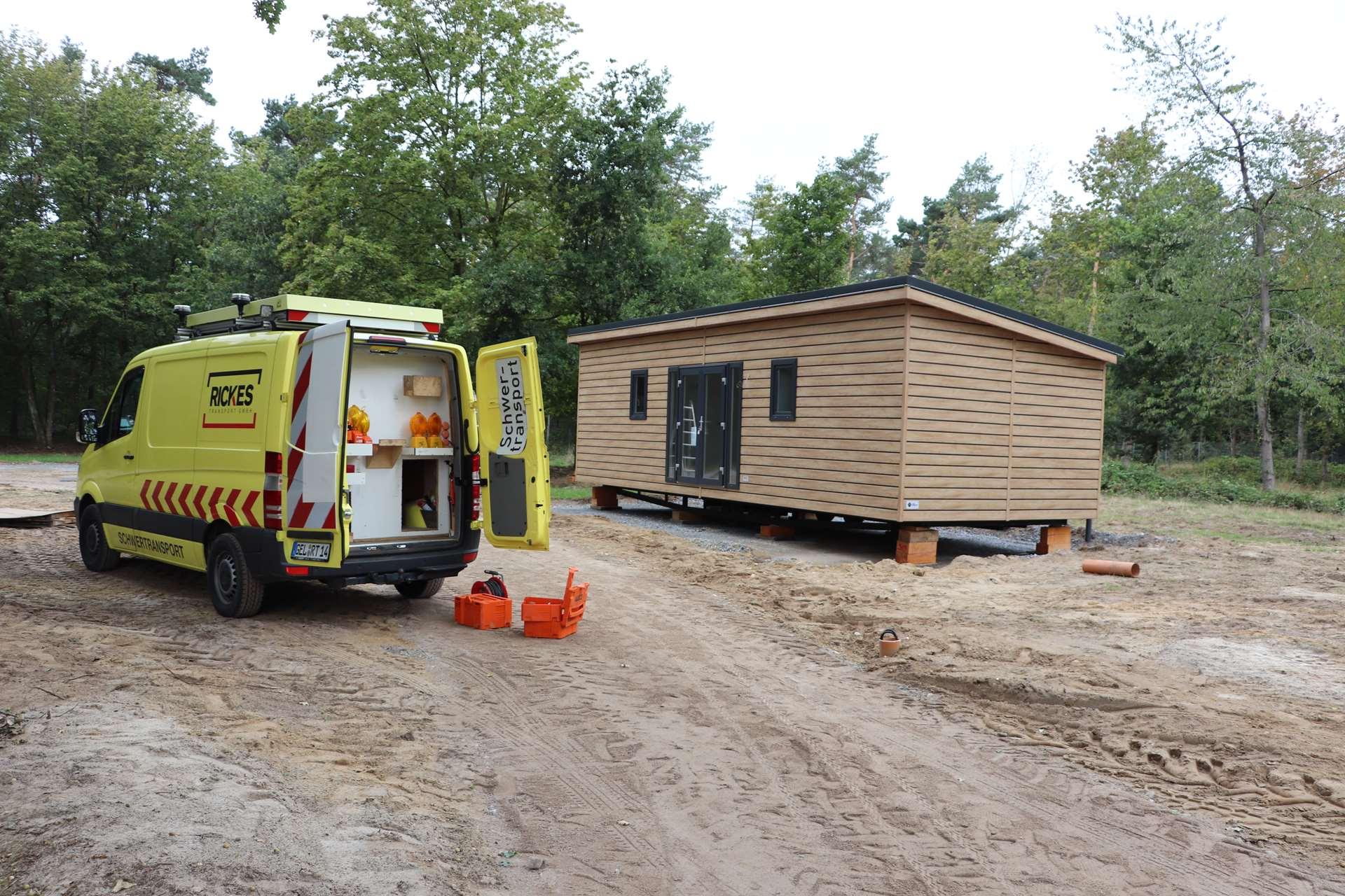 Rickes-Transport-Mobilheim-Entladen-und-Aufstellen-auf-dem-Campingplatz-Bodenbeschaffenheit
