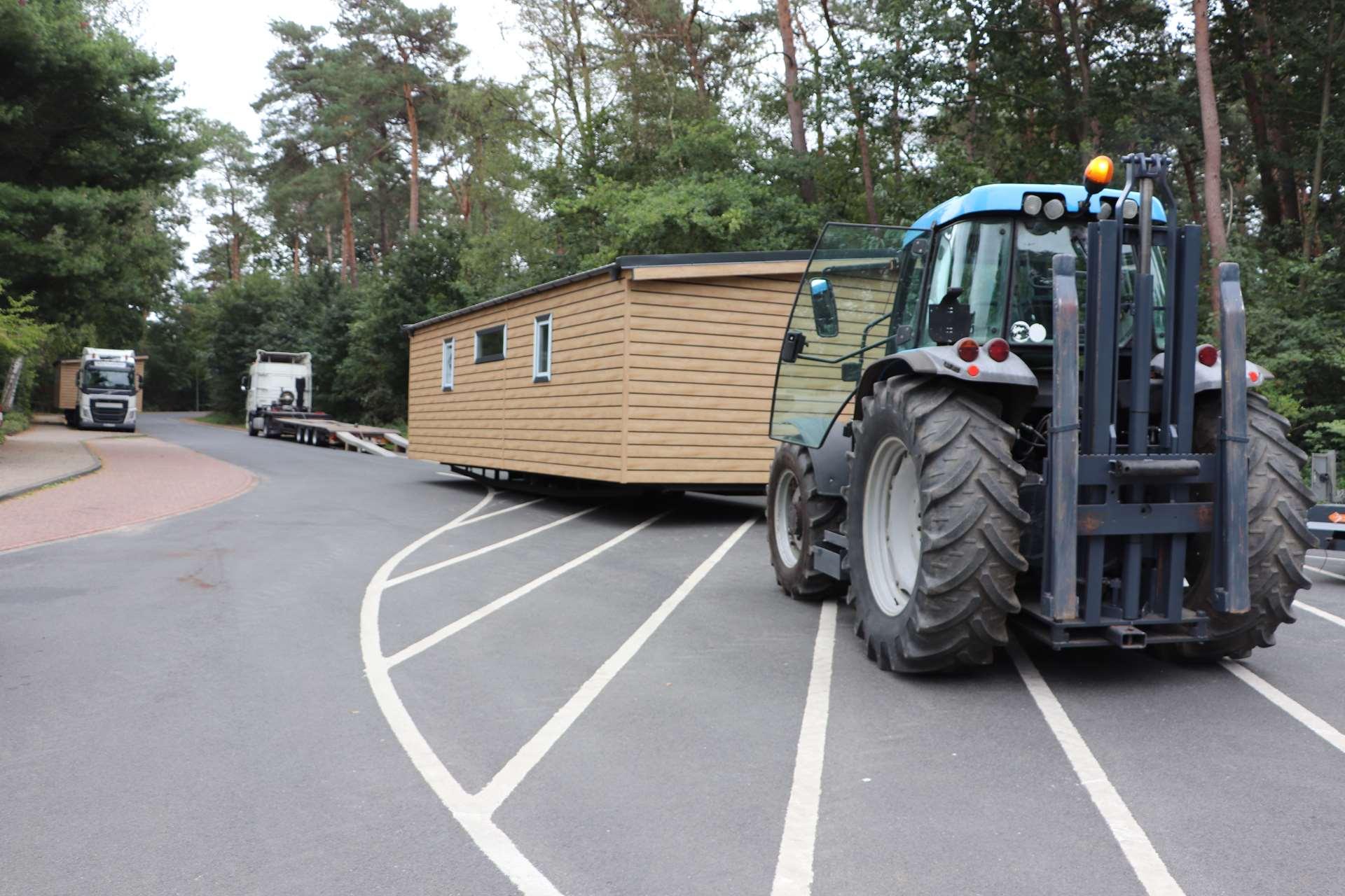 Rickes-Transport-Mobilheim-Entladung-mit-Trecker